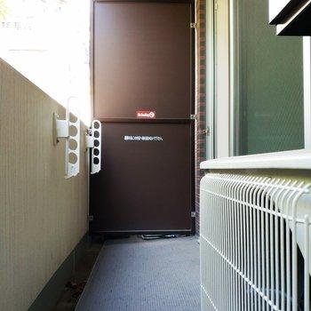 バルコニーは洗濯物干し用に。※写真は8階の同間取り別部屋のものです