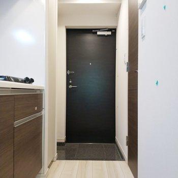 居室から扉を開けてキッチンへ※写真は8階の同間取り別部屋のものです