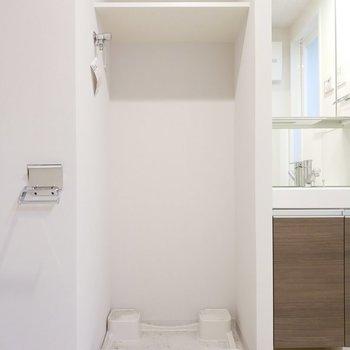 洗濯パンの上にも収納できます。※写真は8階の同間取り別部屋のものです