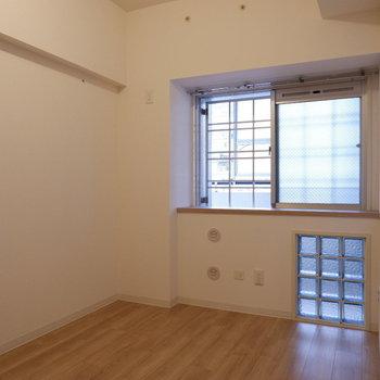 【洋室】こちらは寝室、または作業部屋などにも。