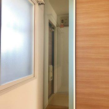 洋室には玄関が見える透明の窓が!!!