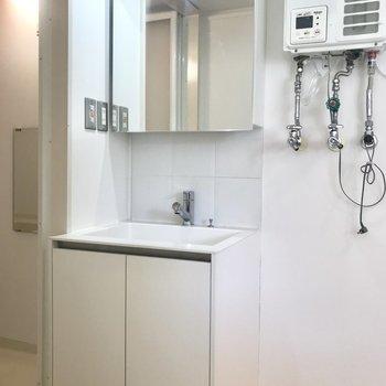 洗面台は余計なものがないシンプルさ!