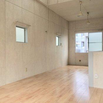 【2階】地味に2面採光!小窓は開きません※写真は前回募集時のものです