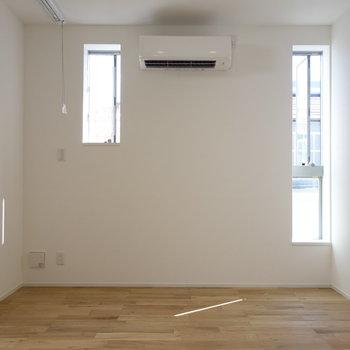 小さな窓がたくさんあって、陽射しが差し込みます。