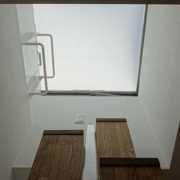 階段を見上げて、トップライトです。