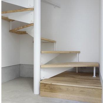 玄関は土間空間。お部屋までは階段あがって。