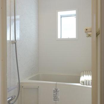 浴室にも小窓があるんですよ。