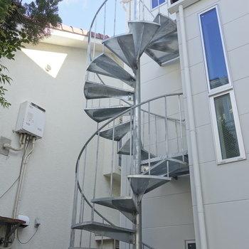 屋外の螺旋階段を登ります。
