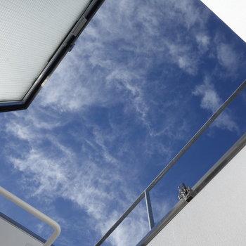 天窓開くと青空が。