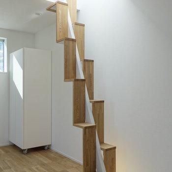 光のオブジェのような階段。