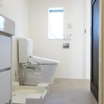 トイレも脱衣所に。いちいち小窓がうれしい。