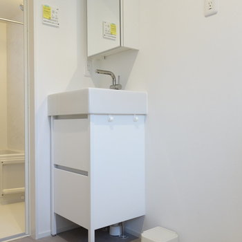 脱衣所に独立洗面台と洗濯機置場です。