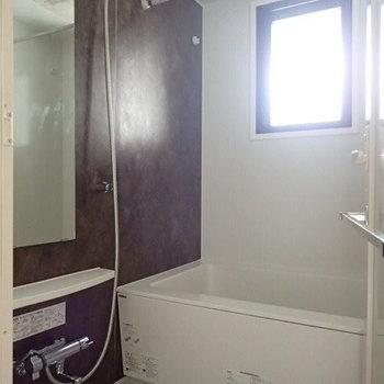 お風呂はゆとりがあります。浴室乾燥機、追い焚き付きです