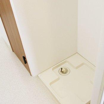お風呂横に洗濯機置場。ナイスな導線◎※写真は前回募集時のものです