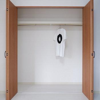 【バルコニー側洋室】クローゼットは衣服を掛けたり、ラックを置いたり◎※写真は前回募集時のものです
