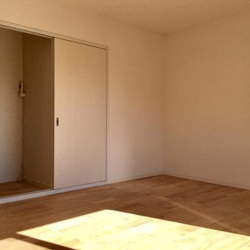 太陽がカバザクラの無垢床を更に明るく照らしてくれます!