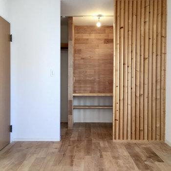 こちらが2階のもう一つのお部屋。おしゃれな縦格子、、、