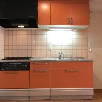 キッチンはシステムキッチンで使いやすく便利です。柿色が素敵だな〜