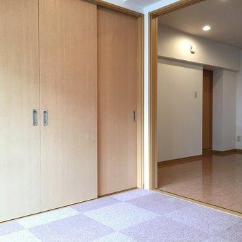 洋室の床はブロック柄のマットになっています。