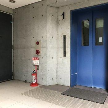 エレベーターの青がクール。 ※写真は前回募集時のものです