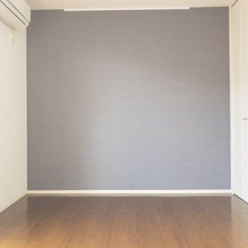 【リビング】グレーのクロスが落ち着かせてくれます◎※写真は2階の同間取り別部屋のものです