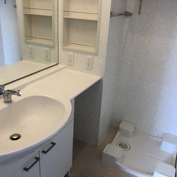 脱衣所には洗面台と洗濯機置場が。※写真は2階の同間取り別部屋のものです