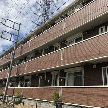 窓側の外観がこちら!どすんと低層3階のマンション。