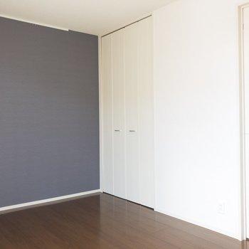 【リビング】対角線からの1枚。※写真は2階の同間取り別部屋のものです