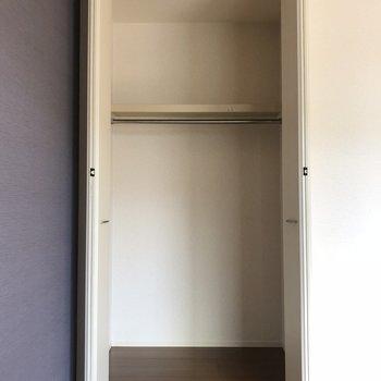 【洋室】ウォークインに洋服は全部収まりそう※写真は2階の同間取り別部屋のものです