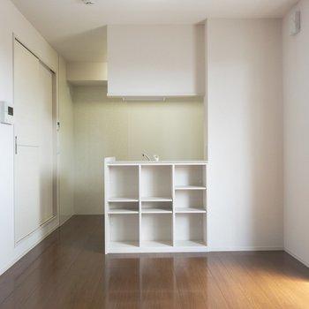 【リビング】対面キッチン下には魅せる収納が!※写真は2階の同間取り別部屋のものです