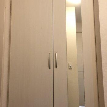 靴箱には姿鏡が!外出前に最終チェックです◎※写真は2階の同間取り別部屋のものです