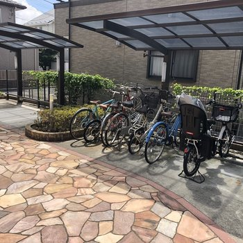 大きな駐輪場も完備されてます。駅まで自転車もありかな。