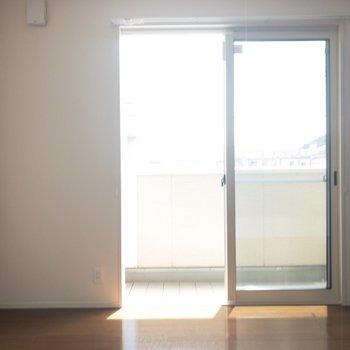 【リビング】朝は気持ちよく起きるられそう〜※写真は2階の同間取り別部屋のものです