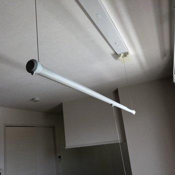 【リビング】高さ調節可能な物干しポールが!※写真は2階の同間取り別部屋のものです