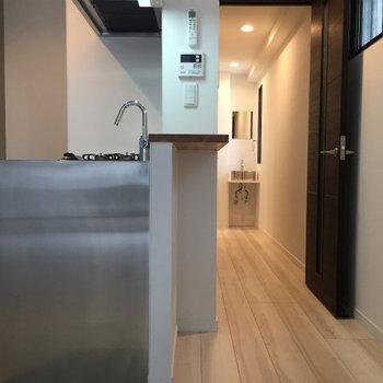 キッチンの小さなカウンタ-が可愛らしいお部屋です♪※写真は2階の同間取り別部屋のものです