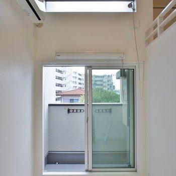 天井が高く開放的な室内