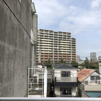 バルコニーからの眺め。お隣さんのバルコニーが見えます