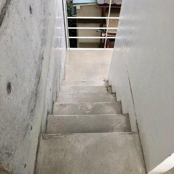 階段は屋根付き!