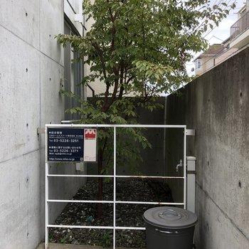 オートロックを出て、敷地内にゴミ置き場