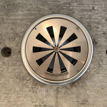 廊下にはまどが無いので、キッチン横の吸気孔を開けて換気扇を回しましょう!