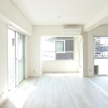窓が多く、とても明るいお部屋※写真は同じ間取りの別部屋のものです。
