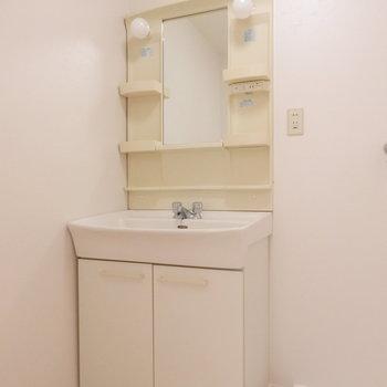 少しレトロな独立洗面台※写真は同じ間取りの別部屋のものです。
