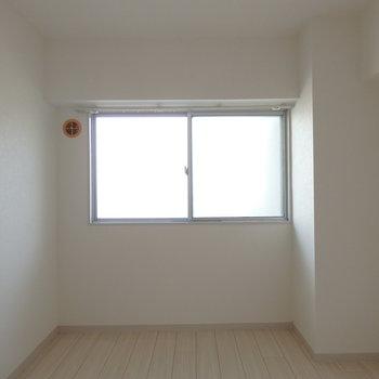 北向きの洋室も6帖です※写真は同じ間取りの別部屋のものです。