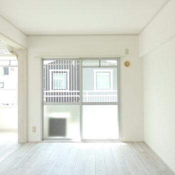 リビングの横の洋室。※写真は同じ間取りの別部屋のものです。