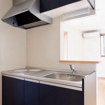 キッチンは黒でシックに。