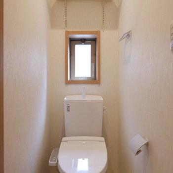 トイレに小窓があります。