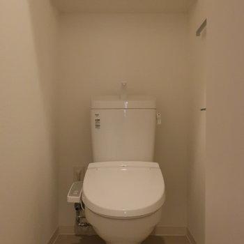 玄関横にトイレはあります。