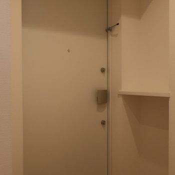 玄関に小さな棚付き◯
