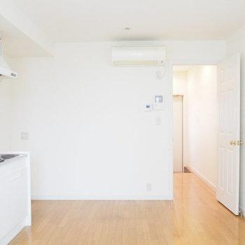 玄関とリビングを仕切る扉も、手抜きなしのデザインです。※写真は1階の反転間取り別部屋