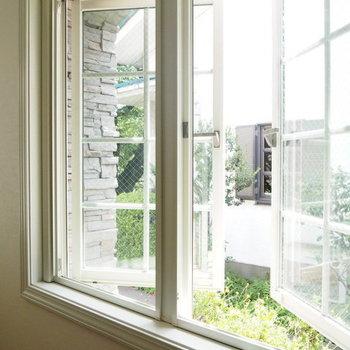 両開き窓は女の子の憧れです。※写真は1階の反転間取り別部屋